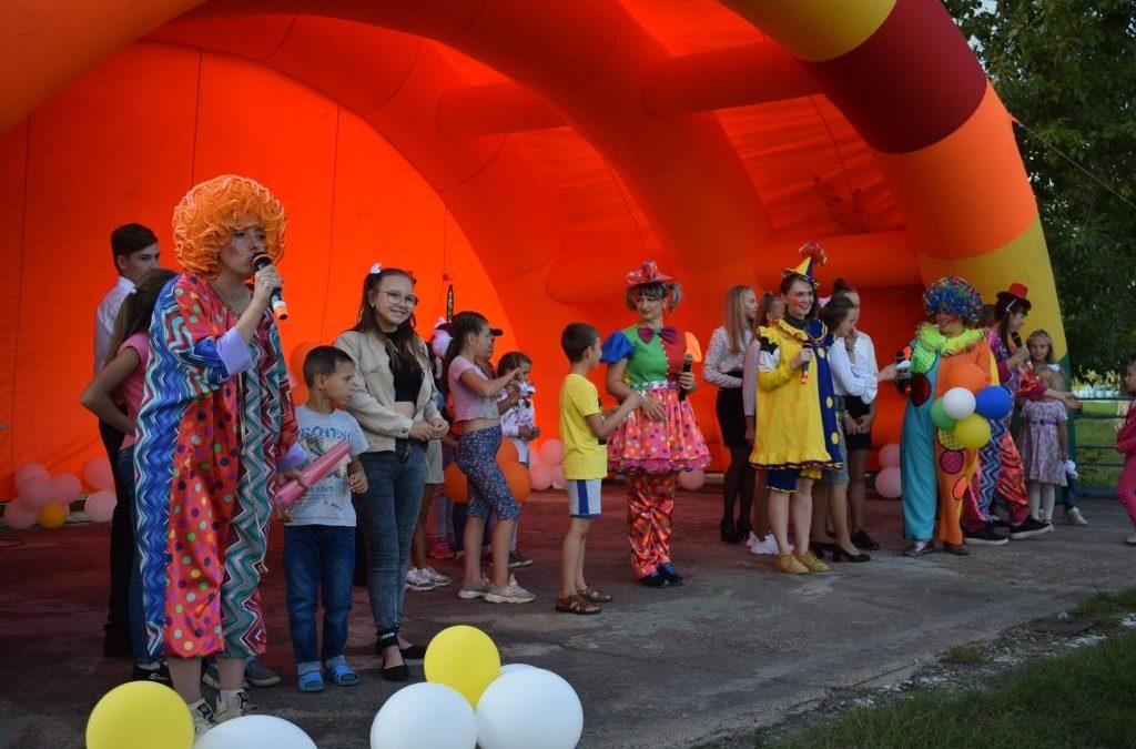 Детская игровая программа «Путешествие в МультиЛэнд» и детская концертная программа «Песни счастливого детства», посвященные празднованию Дня города
